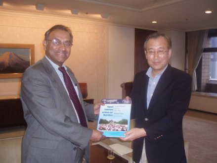 Amb. Jayantha Dhanapala, President Pugwash Conferences on Science and World Affairs with Dr. Tadatoshi Akiba, Mayor of Hiroshima, at City Hall, Hiroshima on 1st August 2008